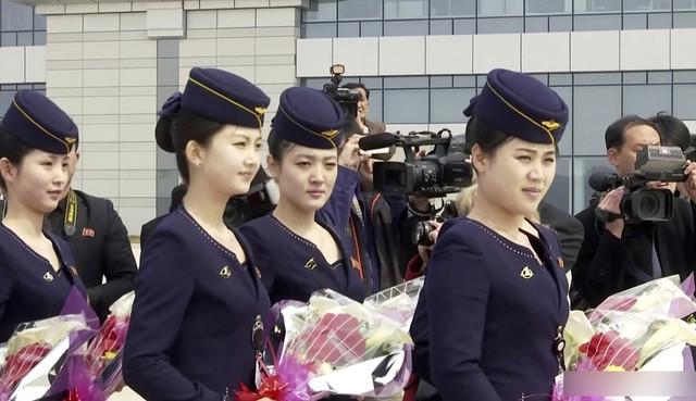 朝鲜空姐手持鲜花迎接中国乘客